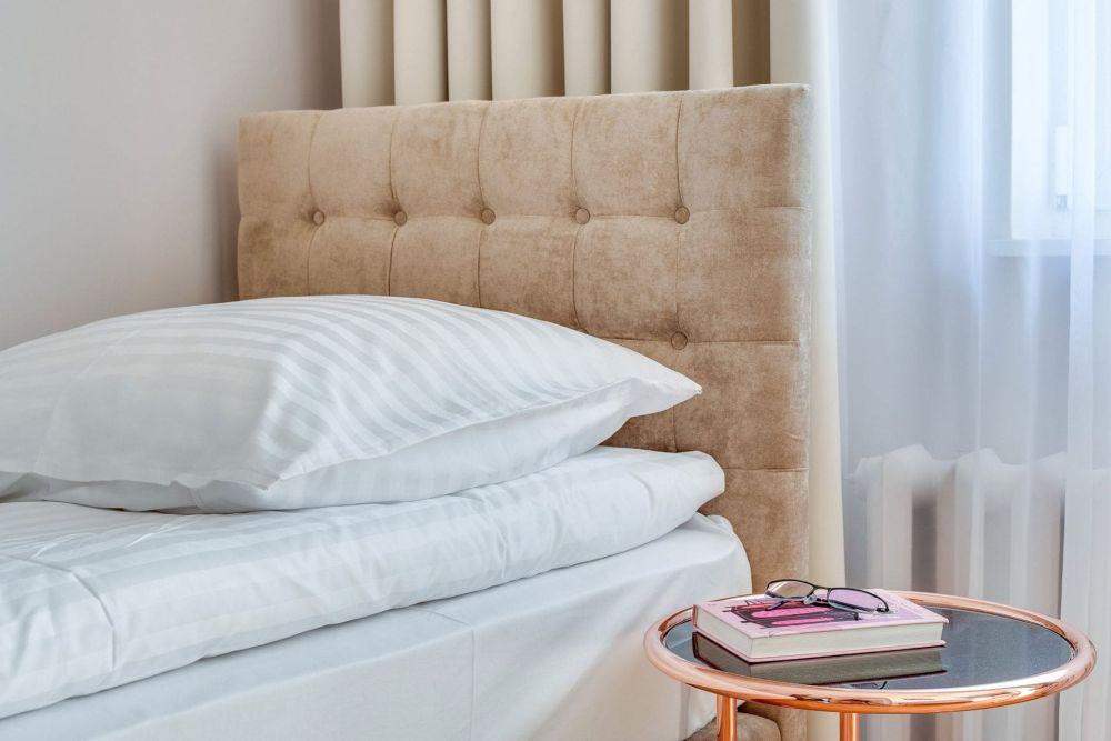 Pokój dwuosobowy z prysznicem i oddzielnymi łóżkami